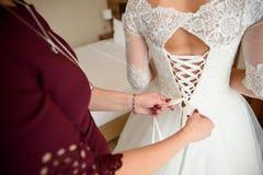 Невеста будучи подготавливанным для wedding Стоковая Фотография RF