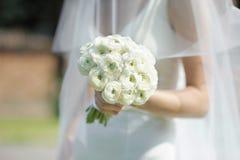невеста букета цветет белизна венчания удерживания Стоковые Изображения