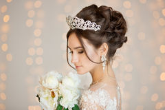 Невеста венчание Невеста в коротком платье с шнурком в вороне Стоковое Изображение RF