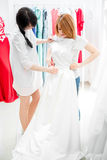 Невеста выбирает платье свадьбы Стоковое Фото