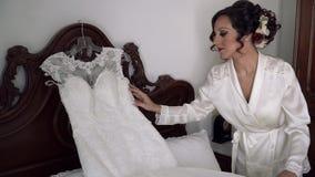 Невеста выправляет белое платье свадьбы акции видеоматериалы
