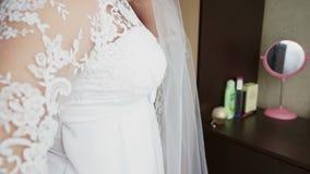 Невеста выправляет платье акции видеоматериалы