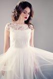 Невеста в белой мантии свадьбы, молодая невеста Стоковые Изображения RF