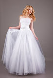 Невеста в белом платье свадьбы на серой предпосылке Стоковая Фотография