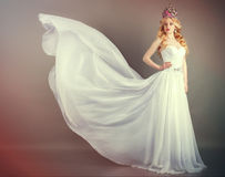 Невеста в белом платье свадьбы на серой предпосылке Стоковое Фото