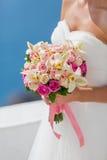 Невеста в белом платье с букетом цветков Стоковое Изображение RF
