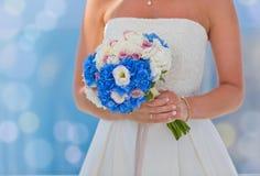 Невеста в белых платье и цветках Стоковое Фото