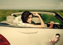 Невеста в вуали сидит в белом cabriolet автомобиля, wedding Стоковое фото RF
