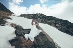 Невеста в горах венчание Стоковое Изображение RF