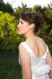 Невеста в зеленом поле стоковое фото