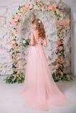 Невеста в нежно розовом платье Стоковое Фото
