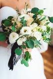 Невеста в роскошном платье свадьбы держа букет свадьбы украшенный при черная лента сделанная роз Стоковое фото RF