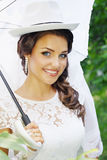 Невеста в шляпе с зонтиком Стоковое фото RF