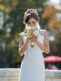 Невеста вдыхает ароматность букета Стоковые Фото