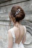 Невеста в элегантном платье с букетом Стоковые Фото