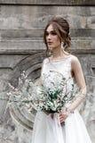 Невеста в элегантном платье с букетом Стоковая Фотография RF