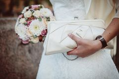 Невеста держа букет и сумку Стоковое фото RF