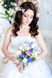 Невеста держит букет венчания стоковые изображения rf