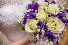 Невеста держит букет свадьбы и стекло шампанского Стоковое Фото