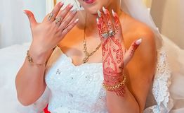 Невеста держит кольцо людей Невеста положила ногти на ее руки Невеста имеет коричневое кольцо в ее руках Невеста показывает ее h Стоковая Фотография