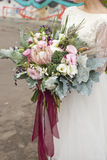 Невеста держа букет красных роз Стоковое Изображение