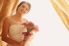 Невеста держа букет свадьбы стоковые фотографии rf