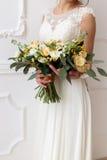 Невеста держа букет цветков в деревенском стиле, wedding букета Стоковая Фотография