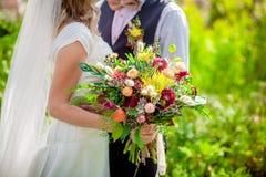 Невеста держа букет wildflower стоковое фото