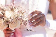 Невеста держа стекло шампанского и wedding букет Стоковая Фотография