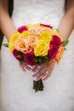 Невеста держа Multi покрашенный букет Стоковое Изображение RF