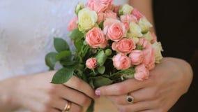 Невеста держит букет свадьбы в ее руках снятых внутри акции видеоматериалы