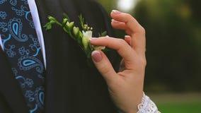 Невеста держит букет свадьбы в ее руках видеоматериал