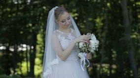 Невеста держит букет свадьбы в руках видеоматериал