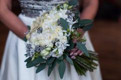 Невеста держит чувствительный букет свадьбы стоковое изображение rf