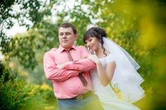 Невеста за groom в парке Стоковые Изображения