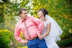 Невеста за groom в парке Стоковое Изображение RF
