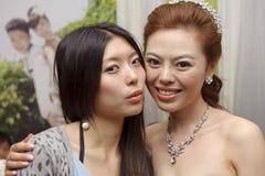 Невеста и ее bridesmaid стоковое изображение rf