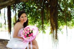 Невеста и цветок. стоковая фотография