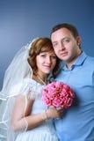 Невеста и groom в студии стоковая фотография