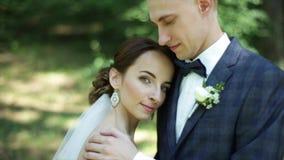 Невеста кладя голову на плечо ` s groom движение медленное Конец-вверх Красивая как раз пожененная пара Фото свадьбы сток-видео