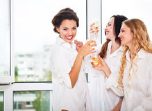 Невеста, который нужно быть и bridemaids держа стеклянными с шампанским Стоковое Фото