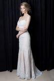 Невеста красивой нежной девушки сексуальная в красивом платье шнурка с поездом с стилем причёсок и составом вечера в студии на bl стоковая фотография