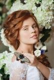 Невеста красоты в роскошном интерьере с цветками Стоковые Фото