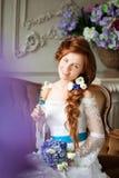 Невеста красоты в роскошном интерьере с цветками Стоковые Фотографии RF