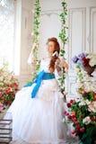 Невеста красоты в роскошном интерьере с цветками Стоковая Фотография RF