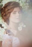 Невеста красоты в роскошном интерьере с цветками Стоковое фото RF
