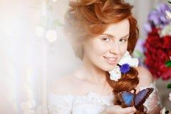 Невеста красоты в роскошном интерьере с цветками Стоковое Фото