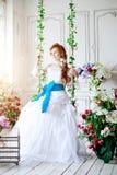 Невеста красоты в роскошном интерьере с цветками Стоковые Изображения RF