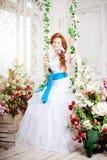 Невеста красоты в роскошном интерьере с цветками Стоковые Изображения