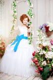 Невеста красоты в роскошном интерьере с цветками Стоковое Изображение RF